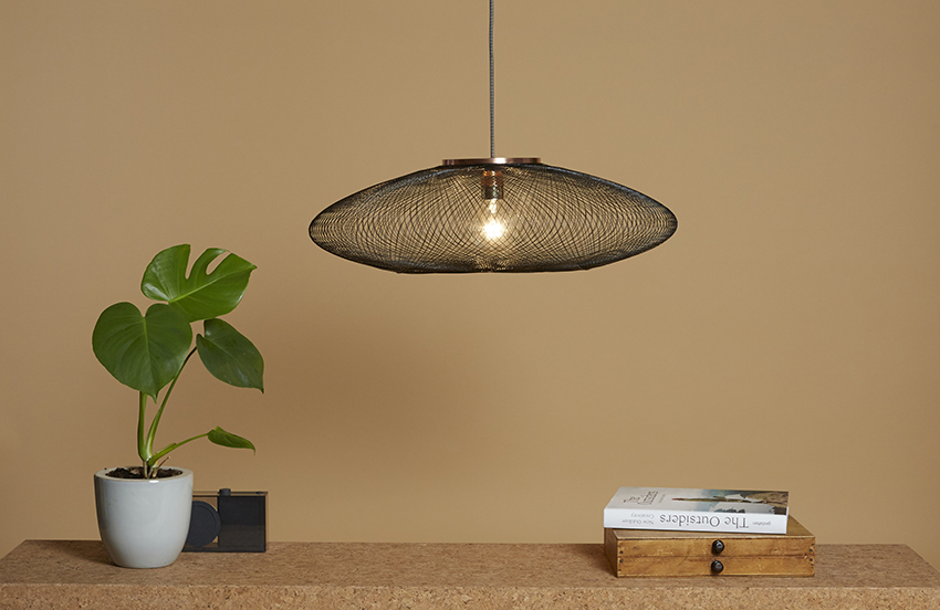 Weighing just 95 grams, even the smallest breeze makes the UFO-shaped lamp 'dance'.