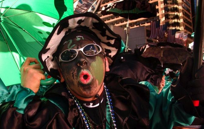 Philadelphia's 2016 Mummers Parade participant dressed as a 'wench,' with blackface and green paint