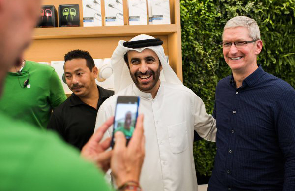 Tim Cook (far right) visits the Apple store in Mall of the Emirates, Dubai