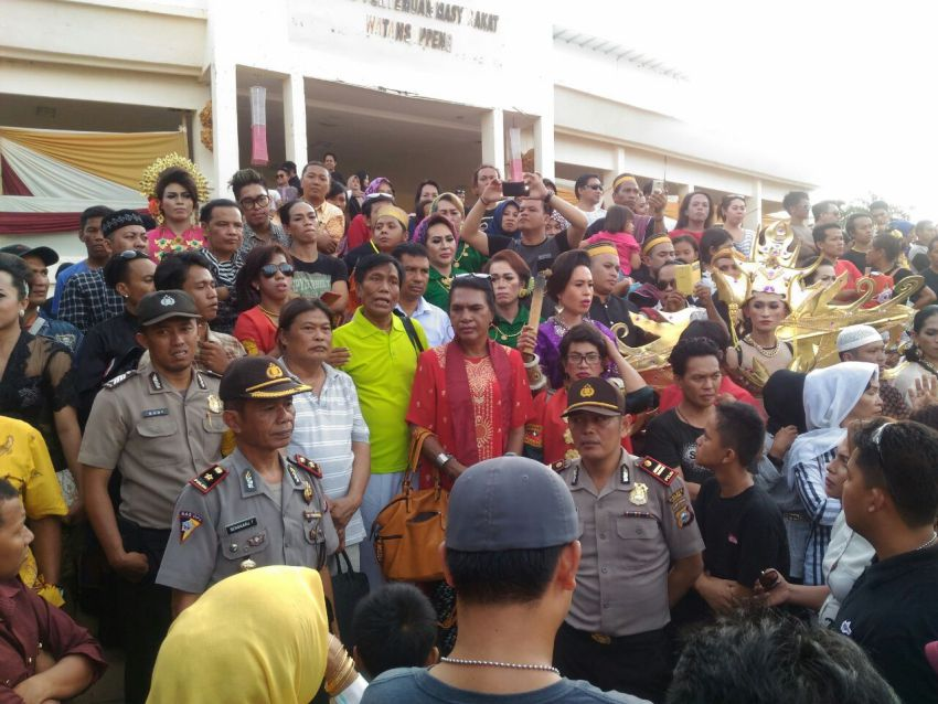 Indonesian Police disperse waria (transgender) and bissu (gender-neutral) people in South Sulawesi.