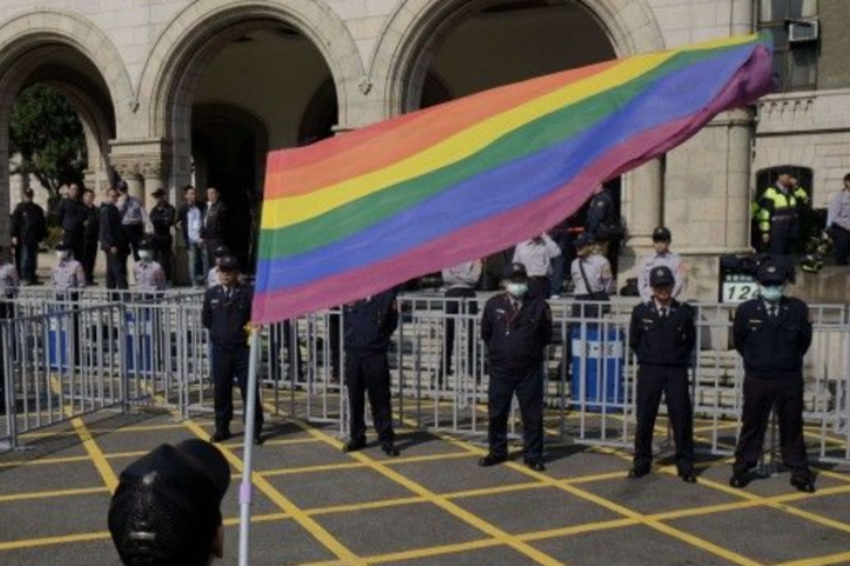 People on both sides of the marriage equality debate gather outside Taiwan's Constitutional Court ahead of a landmark hearing on the issue. Photo: Twitter via SCMP News