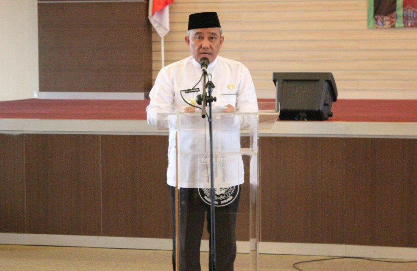 Depok Deputy Mayor Muhammad Idris standing at a lectern speaking