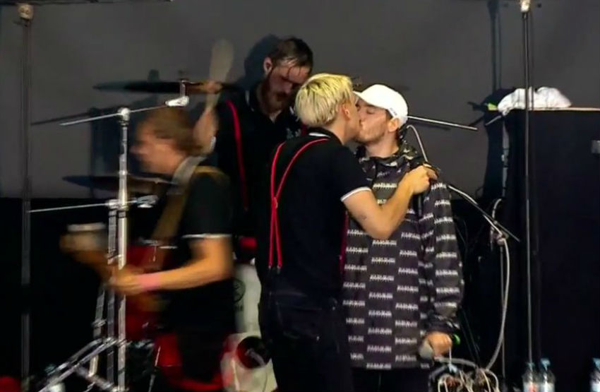 Two rock stars kiss to fight against homophobia in Germany