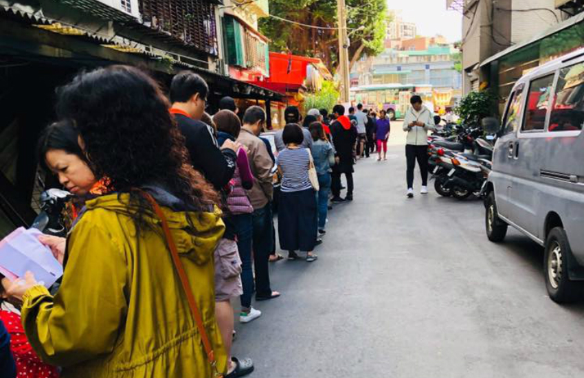 Taiwanese queue to vote in referendums (Photo: Facebook)