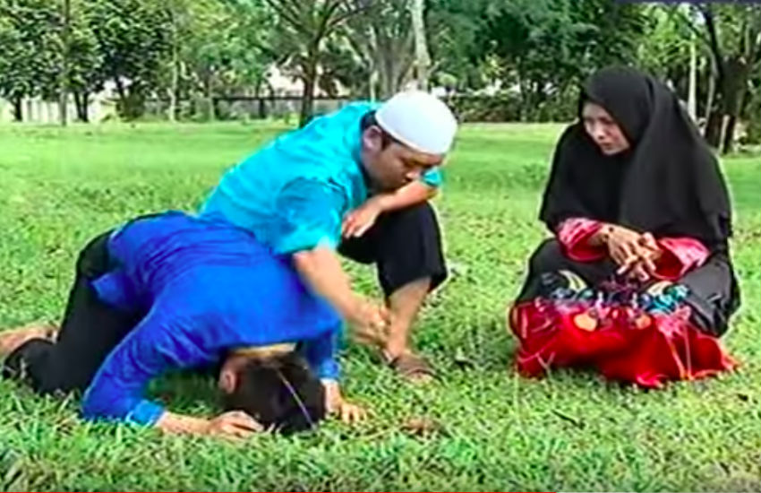 A religious leader performs a ruqyah (Photo: YouTube)