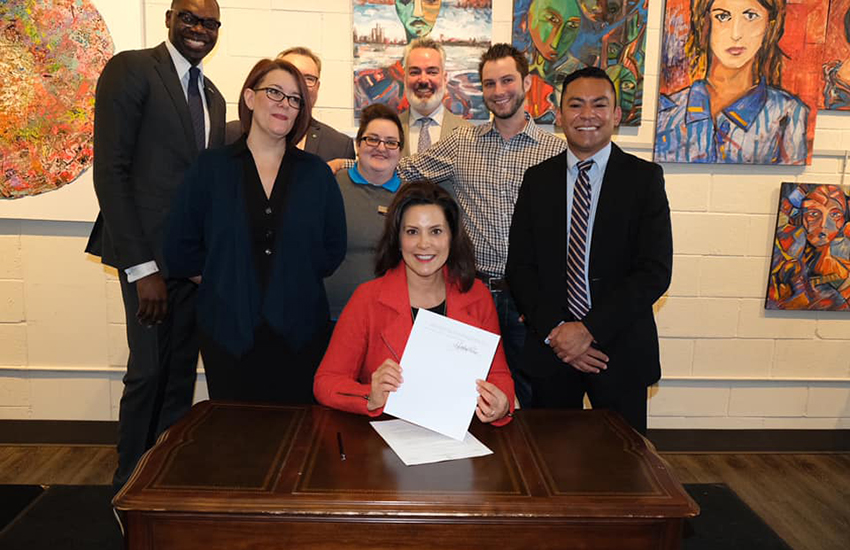 Michigan Governor Gretchen Whitmer signs an order protecting state employees (Photo: Facebook)