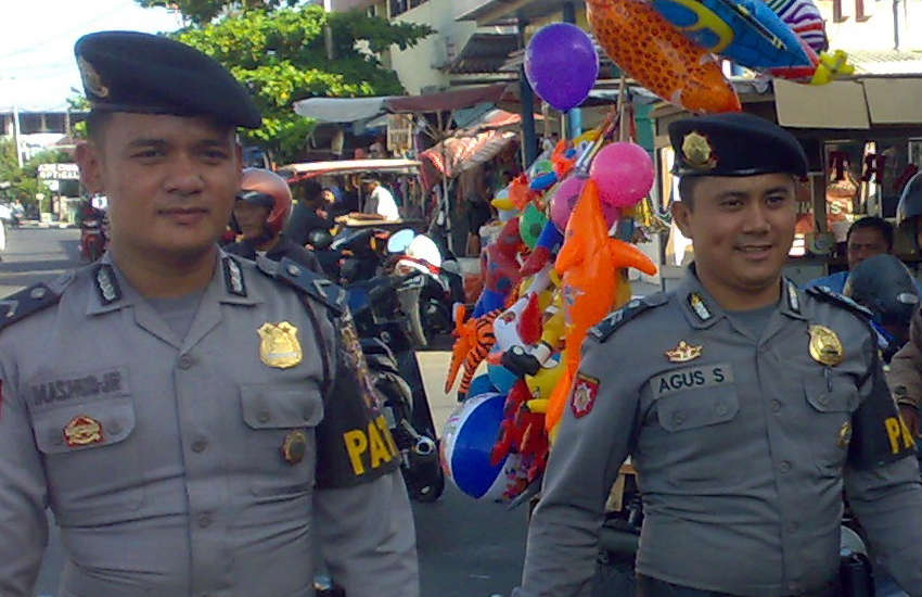 Two Indonesian police officers on patrol (Photo: Wikipedia)