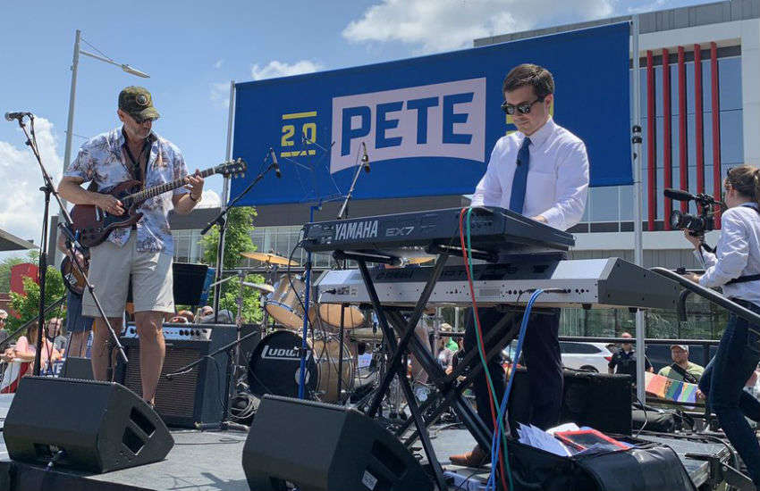 Pete Buttigieg plays electric piano at the picnic in Cedar Rapids, Iowa