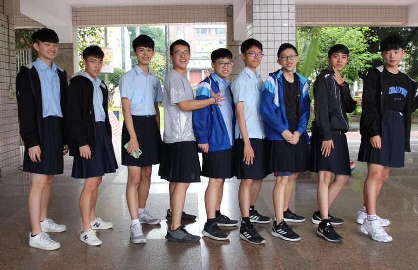 Students at a Taiwan high school wear skirts (Photo: Facebook)